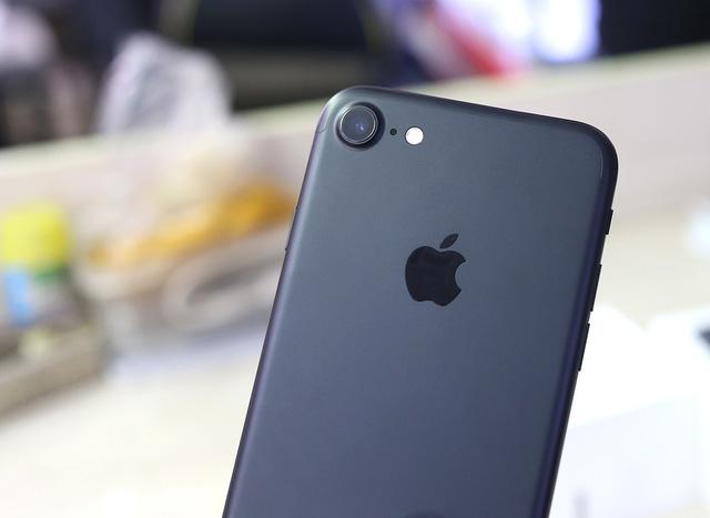 Thay nắp lưng iPhone  7 – Thay lưng