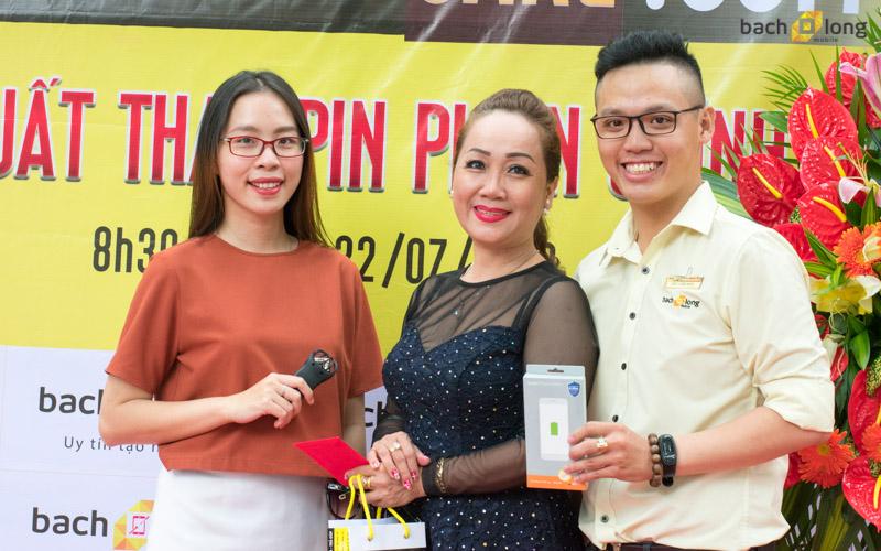 Không khí phấn khởi 'Ngày hội thay pin iPhone miễn phí' tại Bạch Long Care