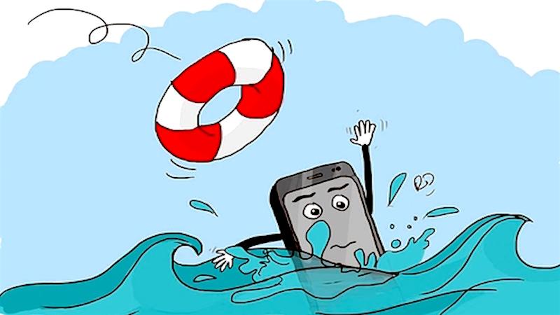 Điện thoại vào nước, phải làm sao?