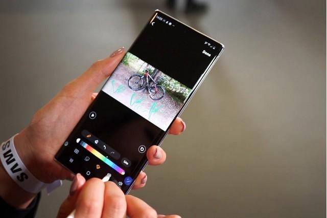 Chèn sticker và văn bản vào hình ảnh thật đơn giản trên điện thoại Samsung